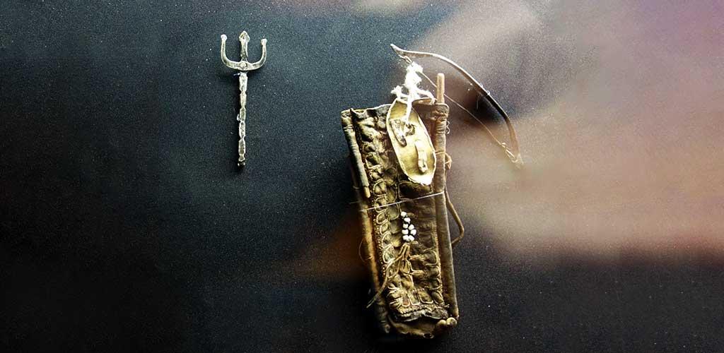 Амулет Умай в виде колчана с луком, трезубцем, стрелой и щитом для защиты новорожденного
