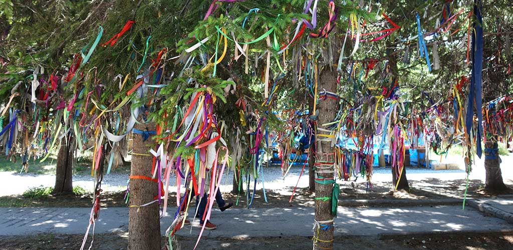 Современный ритуал повязывания ленточек на дерево для исполнения желаний
