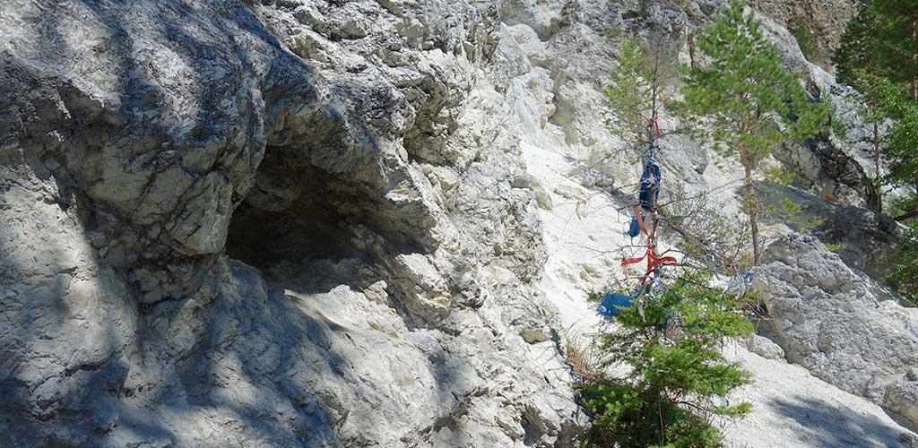 Пещера в скале, Саянские горы, Аршан, Бурятия