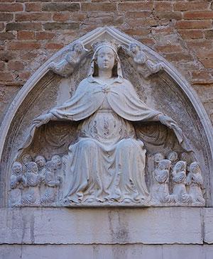 Барельеф Матери-хранительнице человечества на здании в Венеции