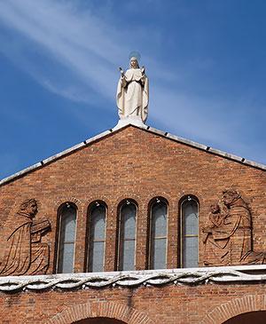 Богоматерь на крыше храма в Местре