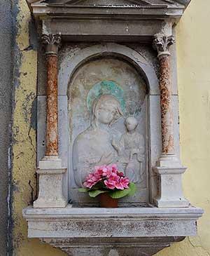 Уличный материнский алтарь на острове Мурано