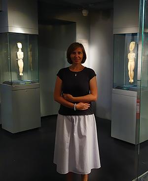 Культовые женские фигурки в музее кикладской культуры в Афинах