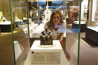 Самая древняя Анатолийская статутка Богини Матери, сидящей на троне в окружении леопардов найдена в Чатал-Хёюк