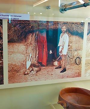 Меот возле входа в свою хижину реконструкция по материалам раскопок Подазовского городища музей-заповедник Танаис