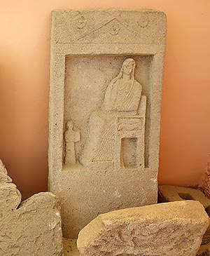 Боспорская надгробная стела, изображающая сцену встречи с великой Богиней, лапидарий Таманского археологического музея